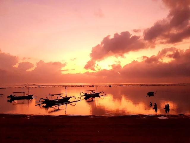 Alba sulla spiaggia di Sanur-Bali