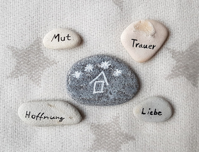 Gedenksteine selbst bemalen: Für Sternenkinder und alle Verstorbenen, die wir im Herzen tragen. Schön für den Friedhof bzw. das Grab, aber auch einfach so zum Gedenken sind bemalte Steine, die Ihr selber ganz persönlich gestalten könnt. Auf Küstenkidsunterwegs zeige ich Euch wie wir die Steine zusammen mit unseren Kindern mit Stiften schlicht oder bunt verziert haben.