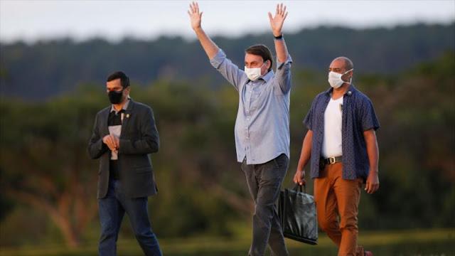 Bolsonaro, aún con COVID-19, recibe a cientos de partidarios