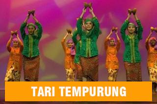 tujuh wanita sednag menari menggunakan tempurung atau batok kelapa