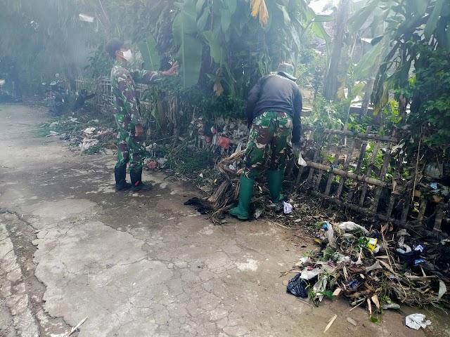Anggota Satgas Sektor 21-06 Bersihkan Bantaran Sungai Citepus Sisa Banjir di Bobojong