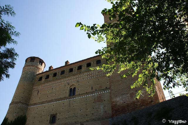 L'imponente facciata del castello di Serralunga