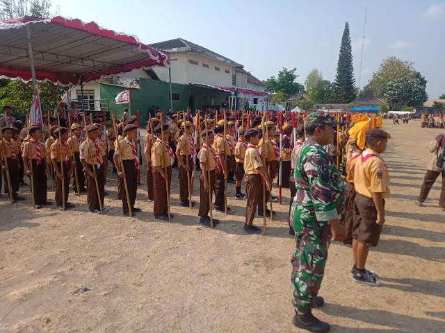 Babinsa Wonosari Latih Siswa Siswi  Pramuka
