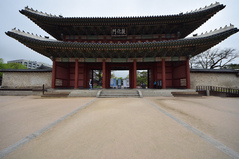 the foot of Eagle Peak to admire the beauty of Changdeokgung