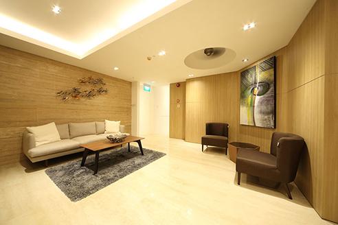 Hanson Court Suites Lobby