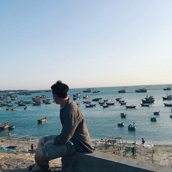 Từ khu Hàm Tiến đông đúc, nơi tập trung nhiều resort, khách sạn của thành phố Phan Thiết, chỉ cần chạy thêm khoảng 5km nữa là đến làng chài Mũi Né nằm sát bãi biển