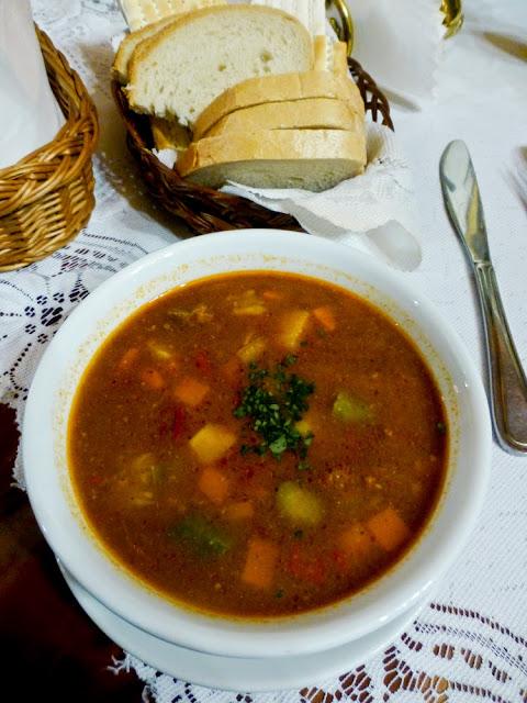 Sopa Berdytchov con buey, miel y canela del Restaurante Ariel, Cracovia