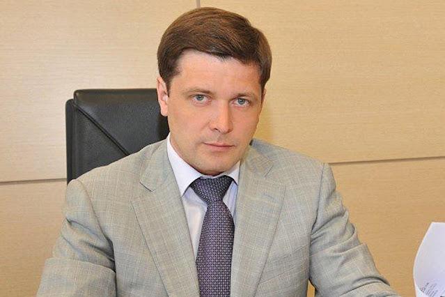 «Ваша зарплата — это бутылка плохого вина, которое я пью по вечерам»: Как министр из провинции отстроил дворец на 56 комнат под Москвой