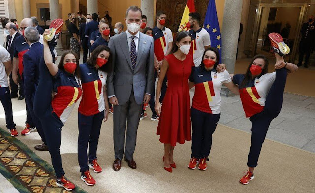 Queen Letizia wore a red sleeveles midi dress, and red suede high heel slingback pumps from Carolina Herrera, and Gold&Roses Joyas earrings