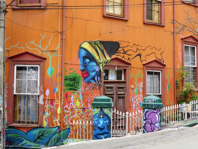 Valparaíso Street Art: Orange building with decorated gate