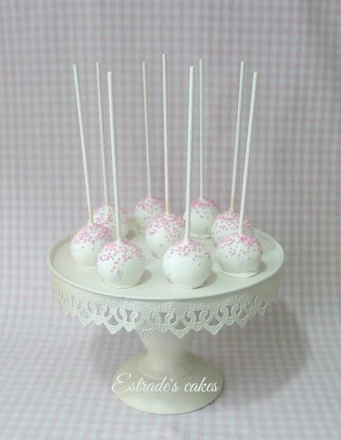 cake pops para Primera Comunión en blanco y rosa 1