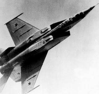Un MiG-25 da ricognizione, vista ventrale.