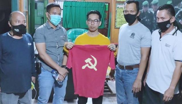 Pakai Kaos Palu Arit Hasil Beli di Marketplace, Pria Berkacamata Ini Diamankan