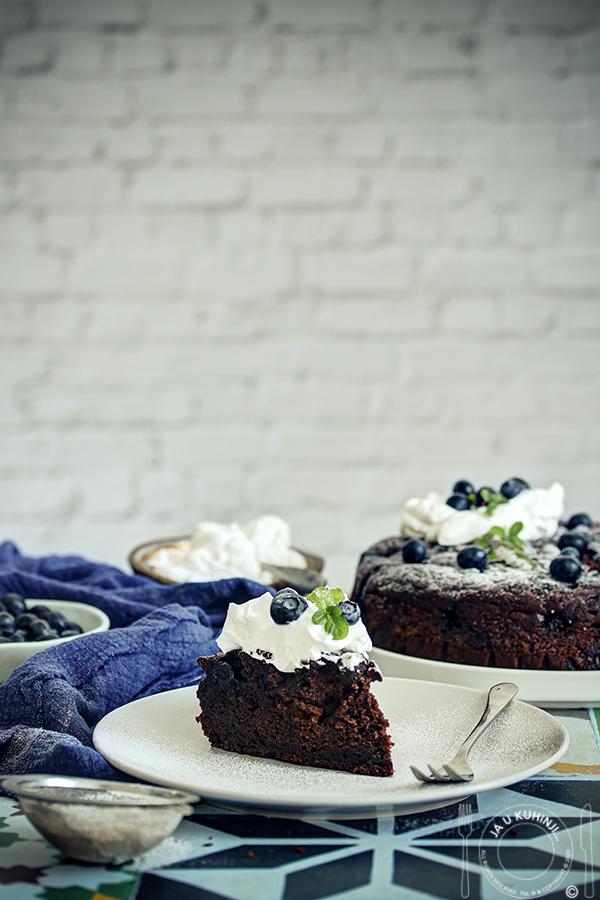 Čokoladni kolač sa  borovnicama imaslinovim uljem