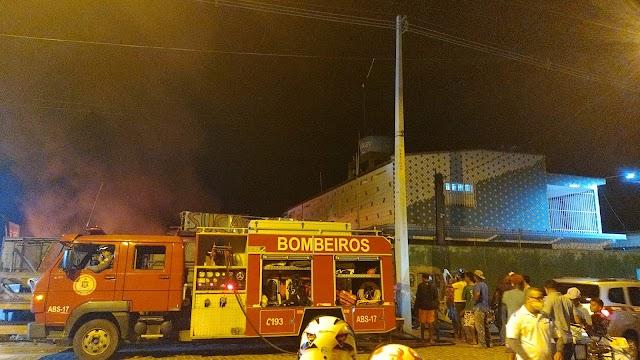 Incêndio em Sucatão na rua da feira no Baianão