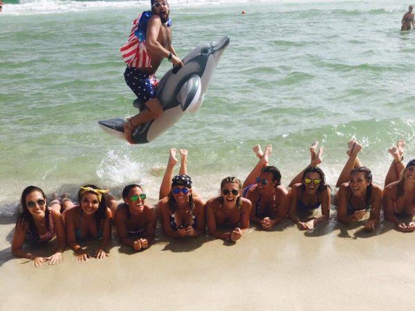 foto engraçada com as amigas na praia