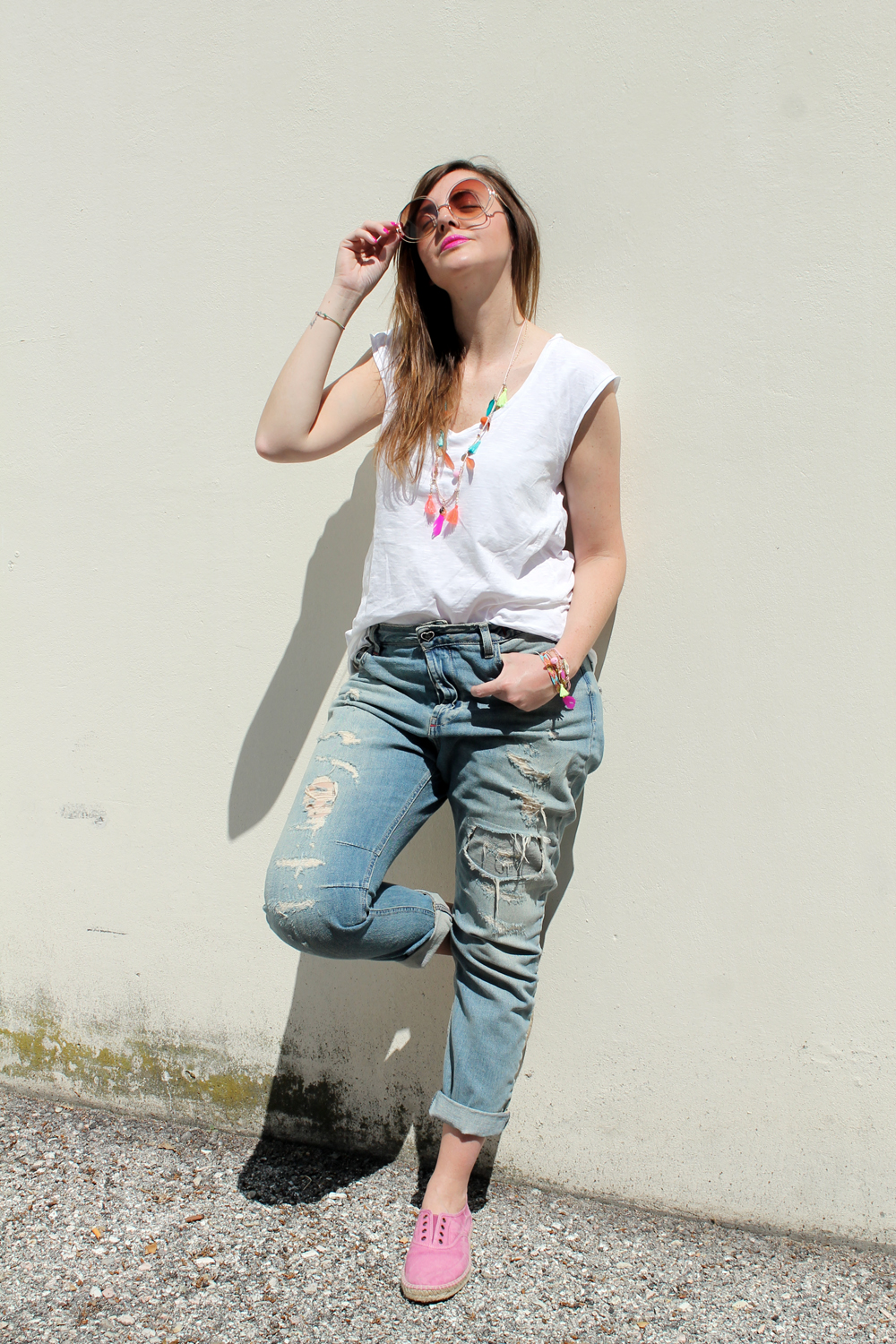 outfit tshirt bianca e jeans strappati
