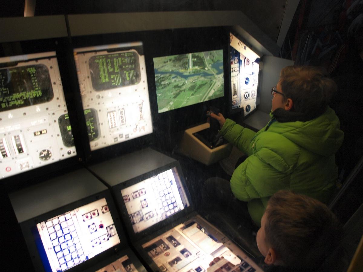 Symulator lądowania promem kosmicznym w replice kokpitu wahadłowca | Fot: polskiastrobloger.pl