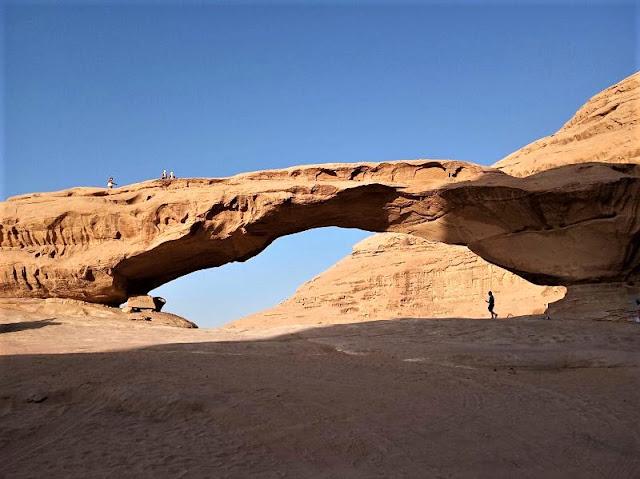 giant rock bridge al wadi rum