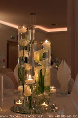 kwiaty w wodzie i pływające świeczki