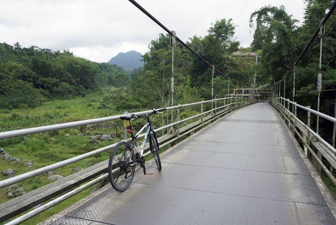 Melintasi Jembatan Gantung Boyong