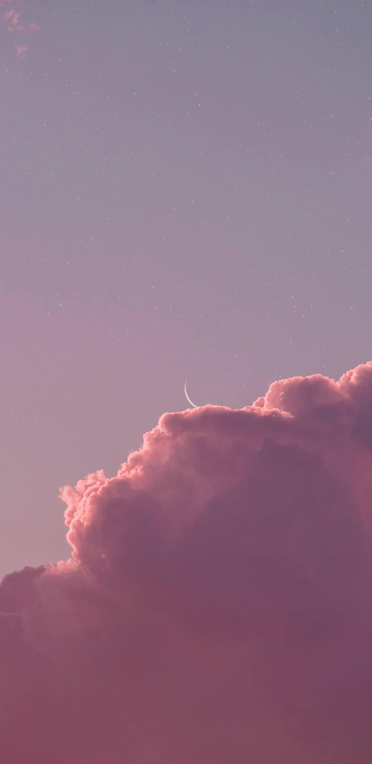 Ánh trăng khuyết giữa bầu trời đầy mây hồng