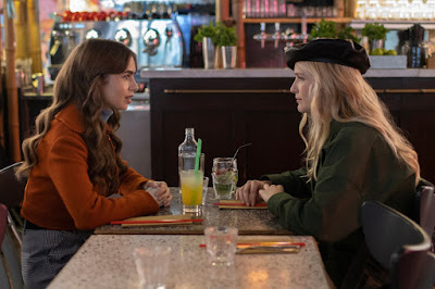 Lily Collins (Emily) y Camille (Camille Razat)
