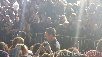 Tony Goldwyn signing autographs