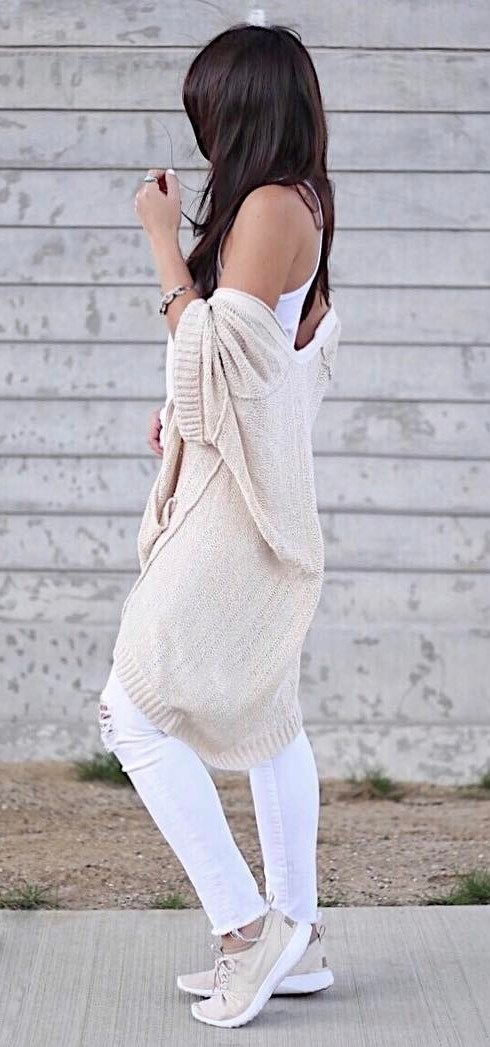 nude and white outfit: cardi + top + ripped jeans +sneakers