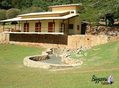 Base de pedra, com pedra moledo, em construção de churrasqueira com o fogão a lenha, o forno de pizza e o lago de carpas em Monte Sião-MG.