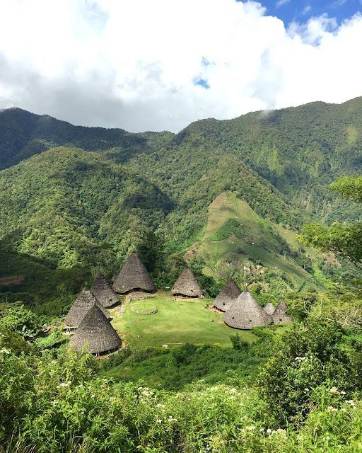 foto pemandangan desa wae rebo dari ketinggian