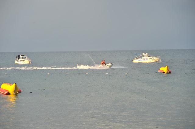 Cano nước, du thuyền tại bãi biển Rosa