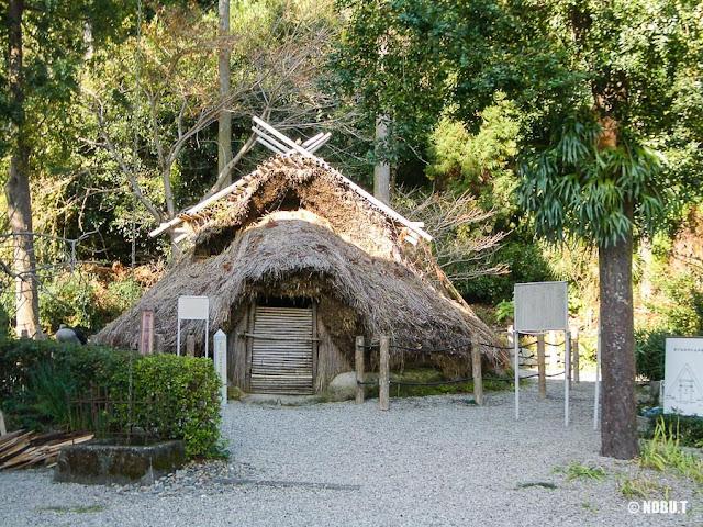 和歌山県新宮市「阿須賀神社」の弥生時代・竪穴式住居(復元)