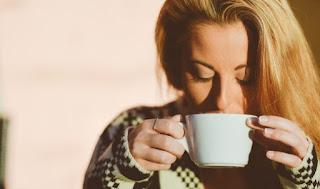 gambar Manfaat minum air hangat saat perut kosong