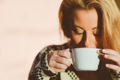 Manfaat minum air hangat saat perut kosong