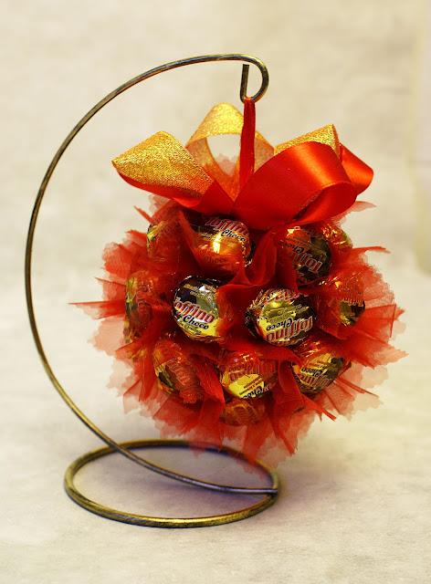 Bombka z cukierków - stroik bożonarodzeniowy