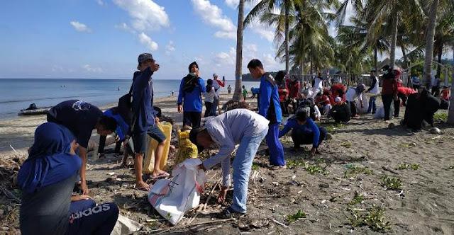 "Pelajar SMK 1 Selayar Ikut Aksi "" Menghadap Laut 02 "", Dan Bersih Pantai Kampung Penyu"