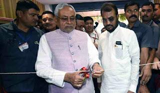 खादी मॉल का उद्घाटन करते मुख्यमंत्री नीतीश कुमार
