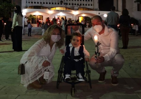 Το Χρίστος Ανέστη από τον μικρό Παναγιώτη Ραφαήλ στους Έλληνες που τον βοήθησαν