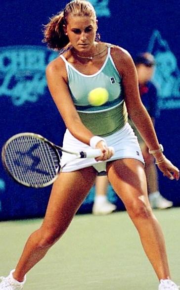 Foto de María Sánchez Lorenzo tirando la pelota