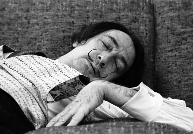 Salvador Dalí durmiendo siesta