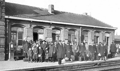 Arrivée de migrants polonais en gare d'Oignies, Pas-de-Calais, 1920 (Photo Harlingue/Viollet)