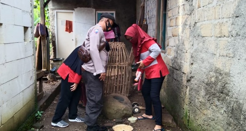 Bersama Kader Kesehatan Desa Karangjoho, Bhabinkamtibmas Pengadegan Ikuti PSN