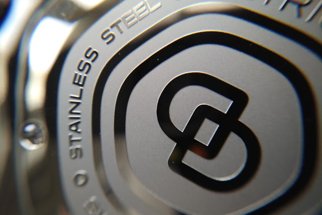 b02ad9e932 この腕時計の心臓となるのはETAのワークホースムーブメント、「2824-2」。信頼性が高いことで知られる、28,800vph、25石、38時間パワーリザーブのムーブメントだ。