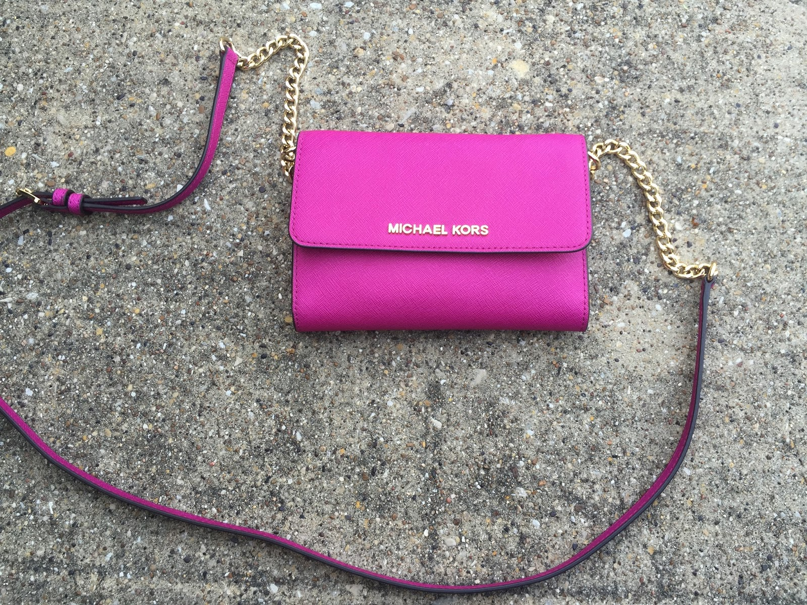 686cd6e1611e93 ... lovely Fuchsia color. Having this bag has rekindled my love for small  compact bags, I'm thinking of buying the MK Cindy large dome cross-body  next :)