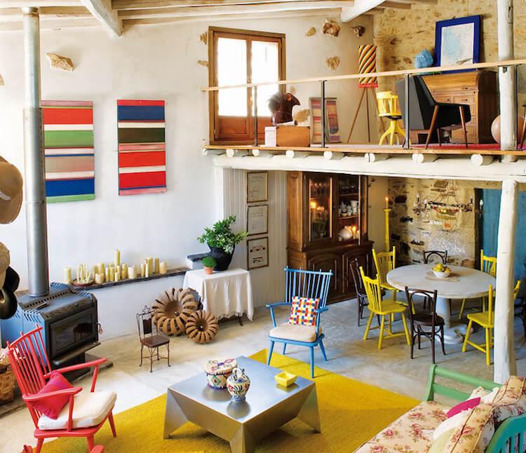 comedor salón con altillo de una casa rústica colorida