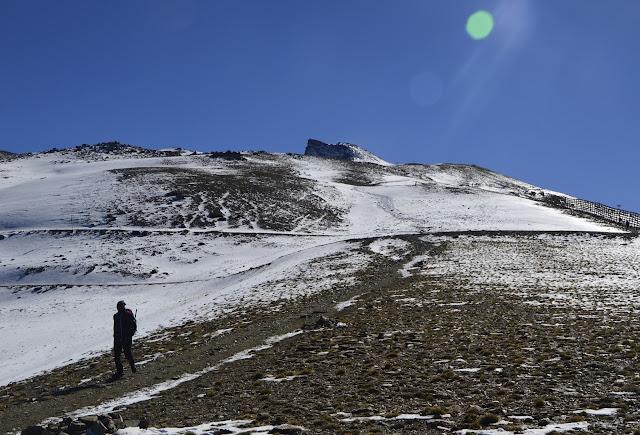 Droga na szczyt Pico Veleta w Sierra Nevada w śniegu i przy mocnym wietrze + informacje praktyczne