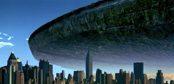 An alien destroyer hovers above New York City in INDEPENDENCE DAY.