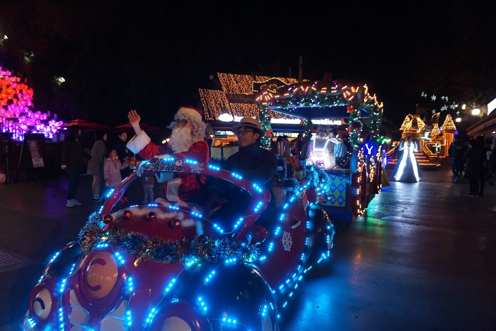 e world starlight santa festival is being held every weekend until december 25 e world as the largest theme park in daegu has been entertaining people
