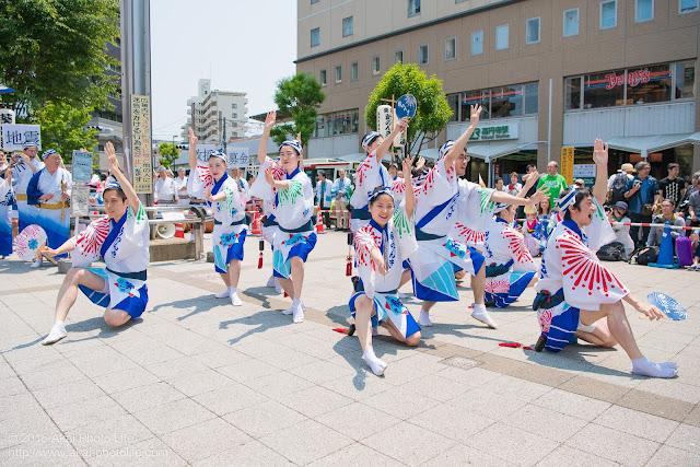 高円寺、熊本地震被災地救援募金チャリティ阿波踊り、東京新のんき連の舞台踊りの男踊りの踊り手の写真 6枚目